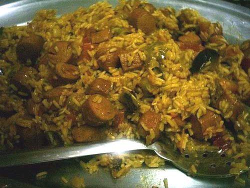 תבשיל אורז צהוב עם נקניקיות וחצילים