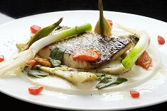 """דג מוסר-ים עם קרם """"קסבייה"""", ארטישוק ועגבניות צלויות"""