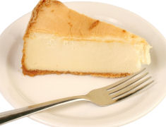 עוגת גבינה קלה להכנה עם תותים ולימון