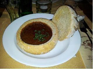 מרק גולש צועני מהונגריה עם בשר בקערית לחם מלא בתוכן